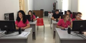 Alumnas recibiendo formación